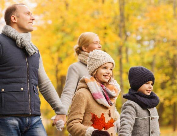 Famille lors des couleurs d'automne