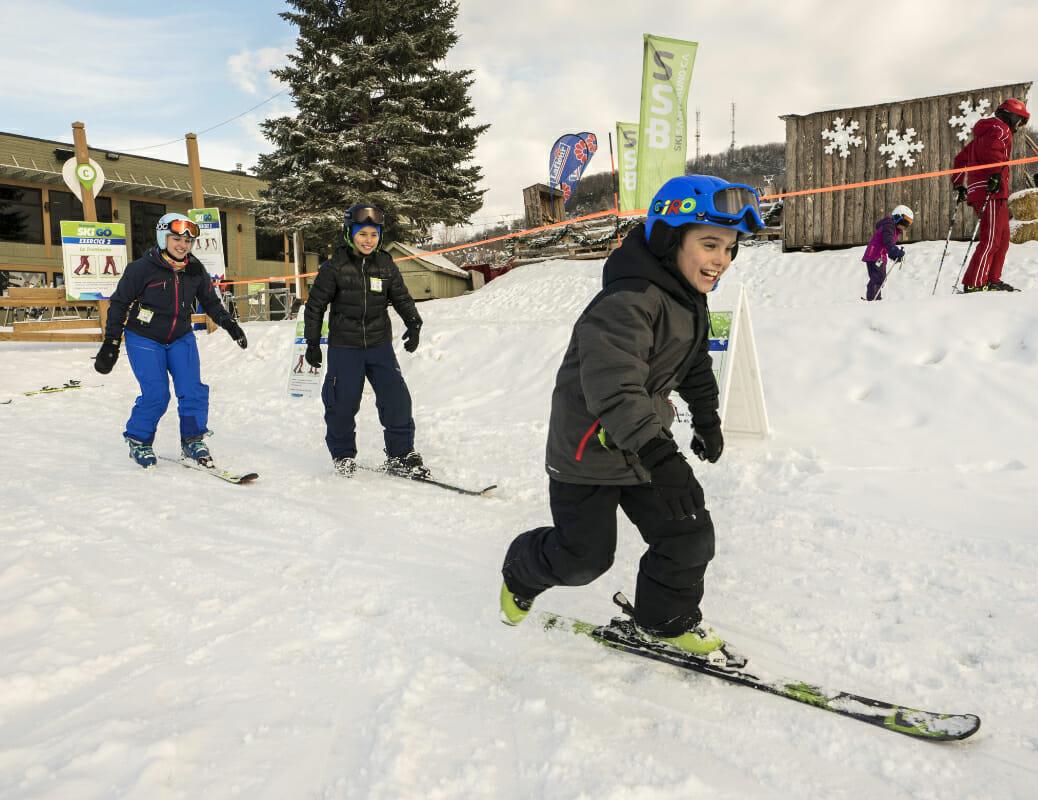 Enfant qui s'amuse dans le skigo en ski