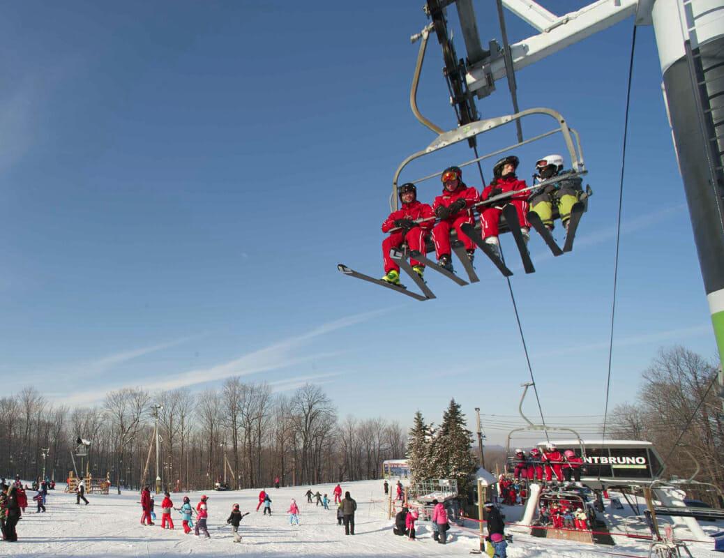 Moniteurs de ski dans une chaise de remontée